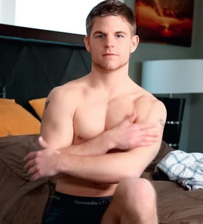 Hot lad James Roxxbury bare and jerking off